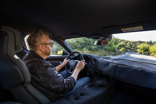 Inredningen är övertäckt med kamouflagetyg som döljer en mycket Audi-lik design.