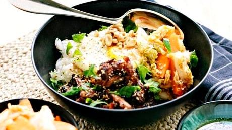 Ett lättlagat recept på koreansk bibimbap med revbensspjäll, sesam, soja och brynt smör.