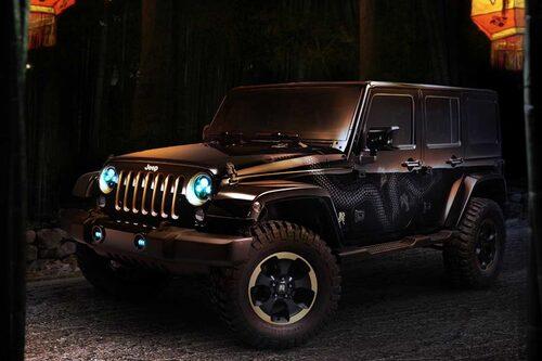 På Jeep Wrangler Dragon Concept ser man snarlika gulddetaljer i bland annat fronten och på 18-tumsfälgarna, något som de båda sportbilstillverkarna från England och Italien också använt sig av. För att ge en än mer aggressiv offroad-look till bilen ingår även 35 tum stora offroaddäck.