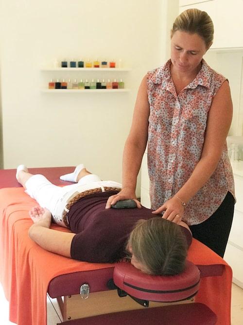 Kinesiologen Malin ställer frågor till musklerna under behandlingen.