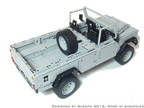 Lego är världens bästa leksak. Det bevisar den här bilen, en spanskbyggd Land Rover Defender 110, med full drivning på alla fyra, fjädring, bromsskivor, styrning och mycket annat. Totalt 2 800 delar.