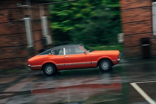 """I profil syns """"släktskapet"""" med Ford Mustang som allra bäst. Den uppåtsvepande sidobakrutan ger extra fart till linjespelet. """"Sebring Red"""" är en sportig kulörlack."""