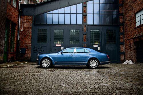 Bentley Mulsanne, som bilar var förr. Linjespelet är om inte retro så i alla fall klassiska.