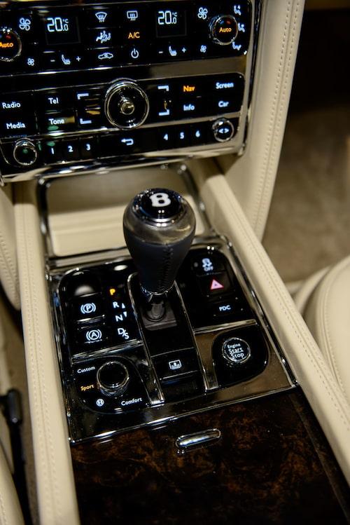 Realtivt enkelt att styra massvis av funktioner. Lättrad växelspaksknopp är Bentley ensamma om.