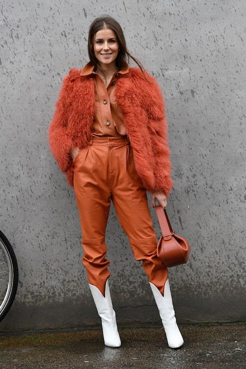 Instoppade byxor i stövlarna är också ett trendigt stylingtips inför våren 2020.