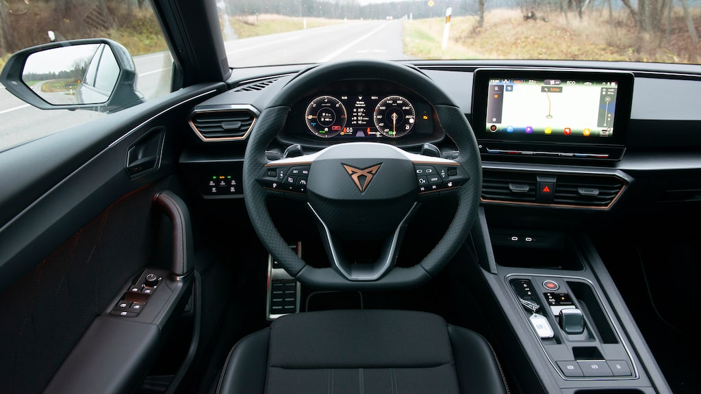 Testbilen saknar den speciella Cupra-ratten som är standard.