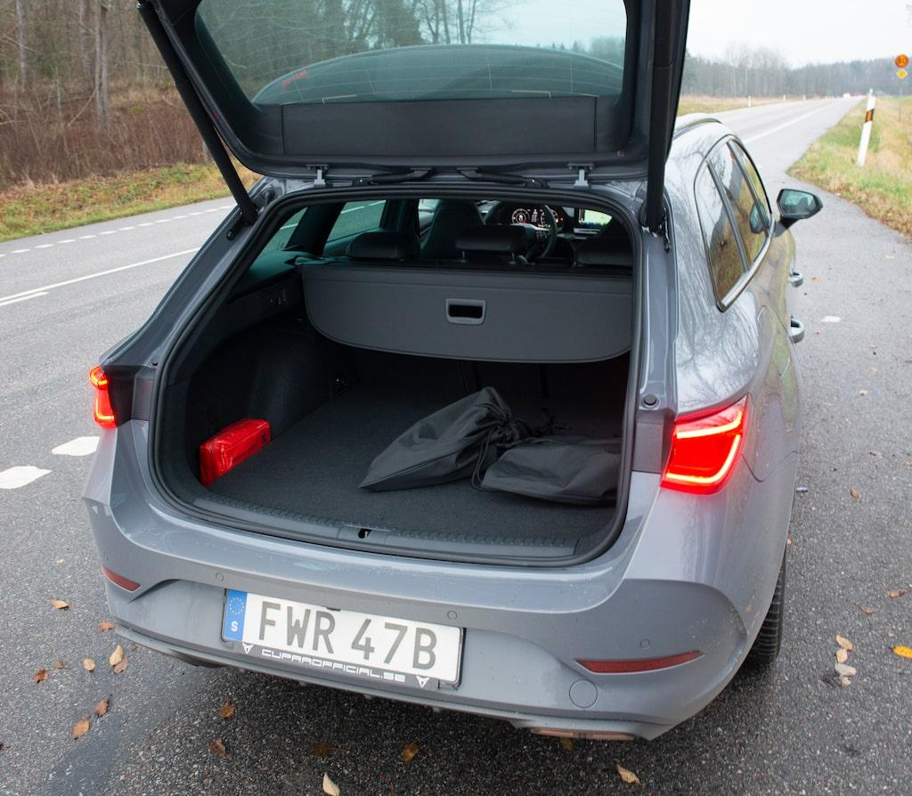 Lastutrymmet är i princip detsamma som bensinmodellens. Rymligare än Volvo V60.