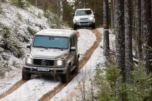 Backen är brantare än vad bilden ger sken av. Vi lovar! Den utgör dock inget problem för någon av bilarna.