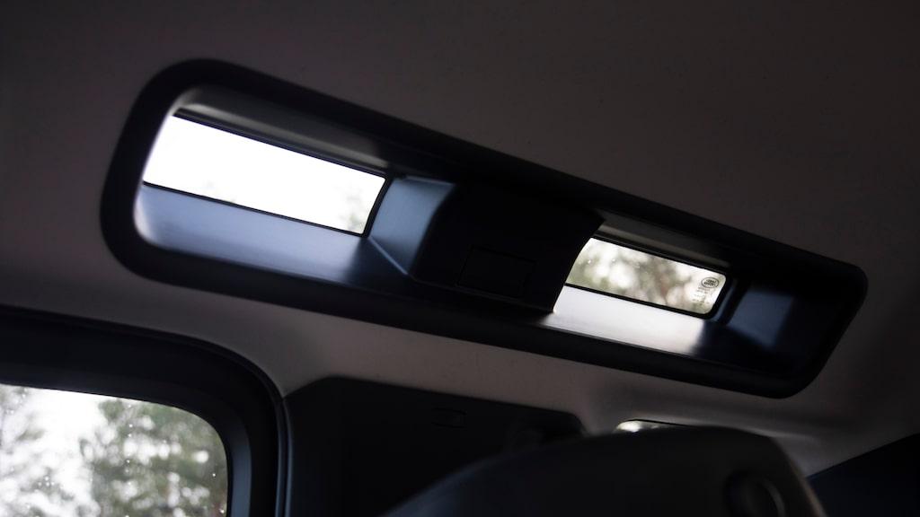 Safarifönstren i taket ger endast marginellt ljusinsläpp i kupén. Kunde ha fått vara större!
