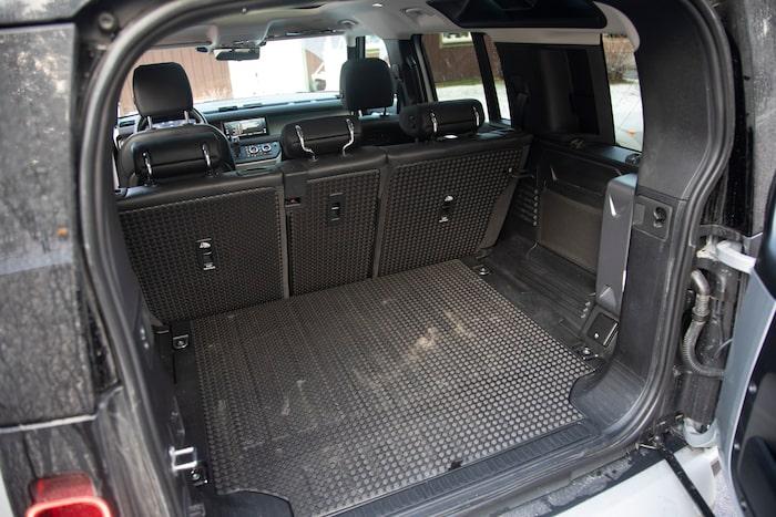 Under den hårda skivan som utgör golvet finns en stor hålighet där två extra stolar kan ta plats.