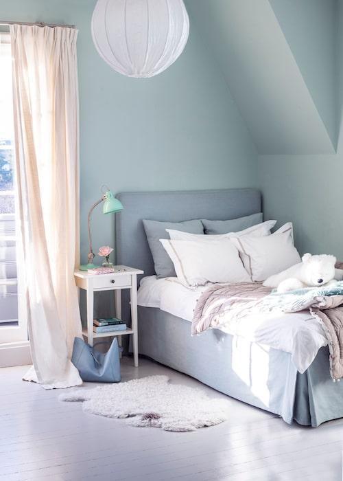 Gröna och grå toner går genom hela huset, även i yngsta dotterns rum. Sängbordet är från Ikea och mohairpläden från Stackelbergs.
