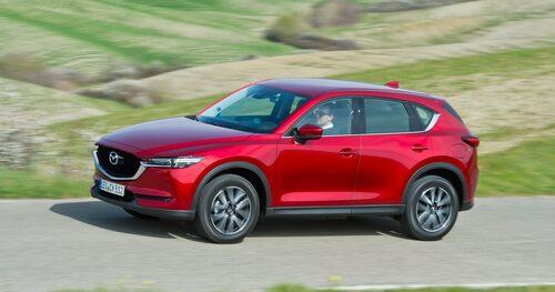Mazda CX-5 har samma dieselmotor och blir sannolikt av med den. När första generationen CX-5 lanserades 2012 blev den i hemlandet Japan en enorm succé på kort tid, och japanerna, som vanligtvis väljer bensinmotorer, valde gärna dieselmotor till Mazda suv. Hela 73 procent av de 8 000 inledande beställningarna hade kryssat för dieselalternativet.