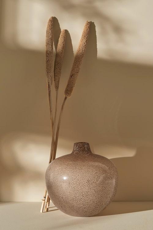 Stilfull vas i glas från Ellos Home.