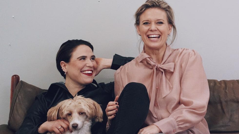 """Efter skilsmässan från maken hittade Maria Leinonen, 39, kärleken på nytt i Emma Eliasson, 32. """"Vi är äckligt kära och Emma är på väg att flytta ner till mig i Simrishamn. Och sedan får vi se vad som händer"""", säger Maria."""