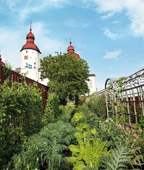 Köksträdgården i barock stil är en härlig inramning för en fika.
