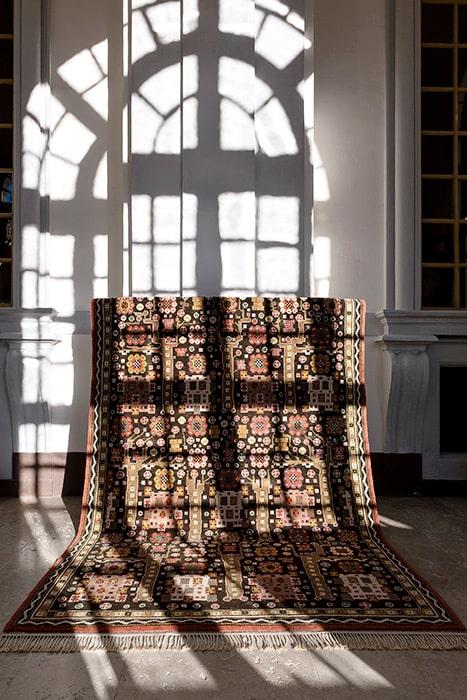 Svarta trädgårdsmattan är ett av Märta Måås-Fjetterströms mest eftertraktade verk. Idag är MMF-mattorna dyrgipar som kan gå för hundratusentals kronor på auktion.