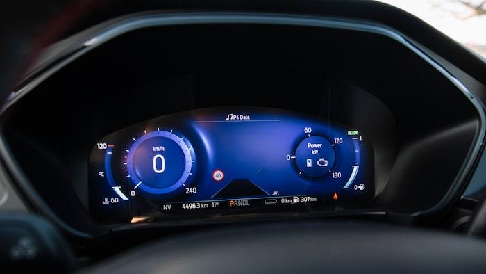 Instrumenteringen framför ratten ger ett modernare intryck än pekskärmen på instrumentpanelen.