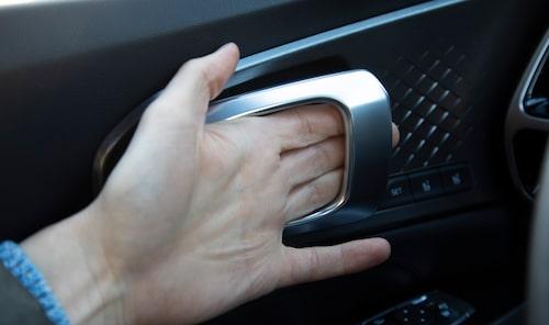 Rejäla inre dörrhandtag som går att greppa även med tumvanten på.