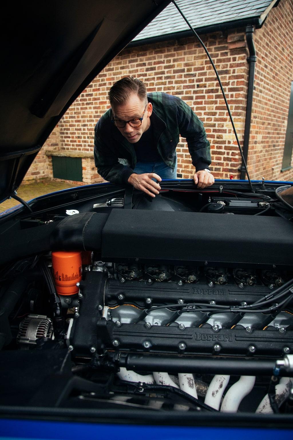 Under luftboxen sitter sex stående Weber-förgasare. V12-motorn är på 4,4 liter.