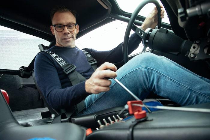 Första gången i en Daytona för Linus. Här blir rattvinklen extra tydlig.