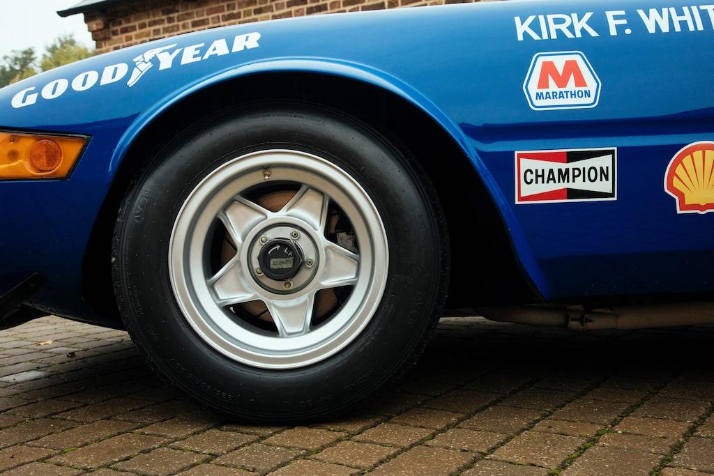 De femekrade fälgarna ger klassisk Ferrari-look, men bilen tävlade med Minilite på Sebring.