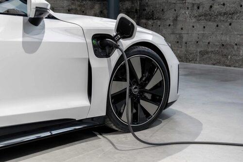 Största batteriet i e-tron GT är på 93,4 kWh (83,7 kWh netto), det vill säga samma som finns till flertalet modellversioner av Taycan (Performance Battery Plus kallar Porsche batteristorleken för).