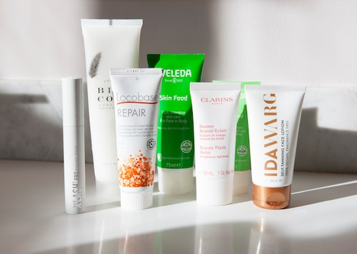 Hudvårdsrutinen innehåller närande serum för fransarna från Xlash, Skin food från Weleda, kokosolja från Bisococo, universalcrèmen Locobase repair, Clarins klassiska Beauty flash balm och Ida Warg Self-tanning face lotion.