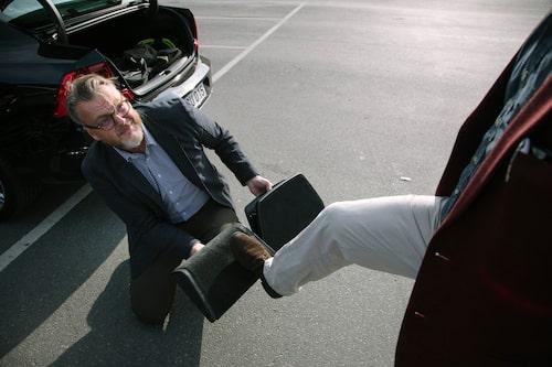 Hedberg visar fotstöd. Volvos version är klassiskt ombonat. Audis är high-tech.