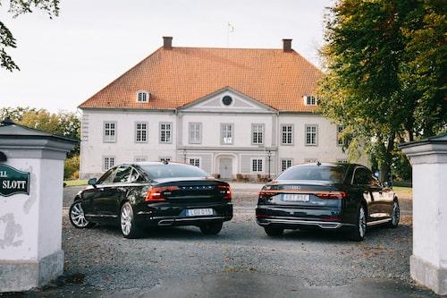 """Audin är """"moonlight blue metallic"""" och Volvon är svart men det är svårt att se skillnad. På färgen!"""