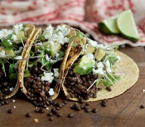Chipotletacos med linser, avokado och mikroblad