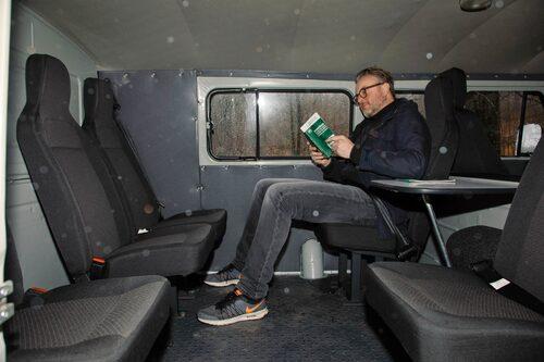 Litteraturen är instruktionsbok, tryckt på bibeltunnt läskpapper. Kyrilliska hindrar inte läsförståelsen.