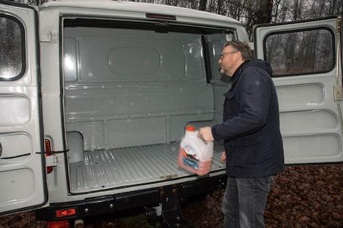 """Hur många liter rysk """"spolarvätska"""" får egentligen plats i bagagerummet? Hedberg ögonmåttar efter bästa förmåga."""