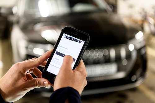 Båda bilarna har mycket funktionalitet inbyggda i appar. Att kunna se laddstationer är bra för psyket.