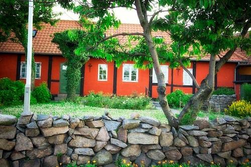 En stengärdsgård passar till lantlig stil och man kan ofta köpa billigt eller få sten från bönder i trakten.