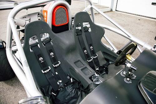 Stolarna är fixerade och ger bra körställning. Allt är utfört i vädertåliga material av förståeliga skäl.