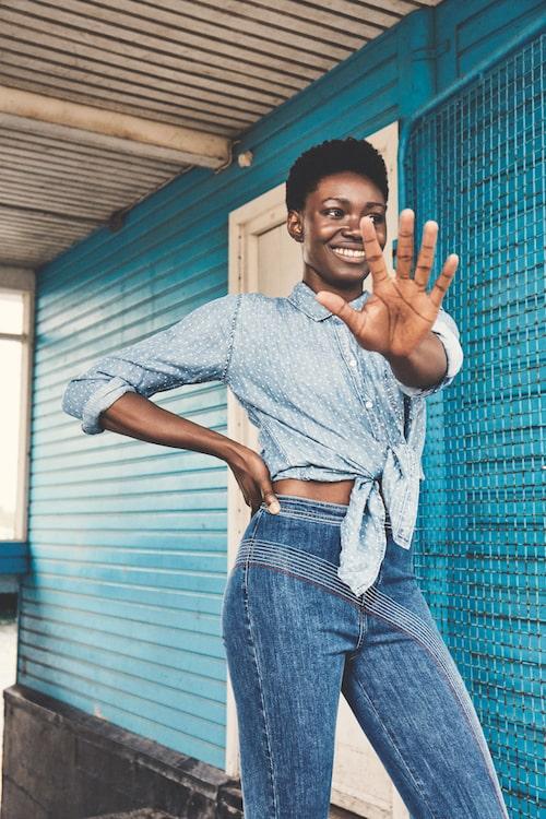 Skjorta av rayon, stl XS-L, 1 475 kr, Rails. Jeans av bomull/polyester/elastan, stl XS-L, 299 kr, Bik Bok by Elsa Hosk.