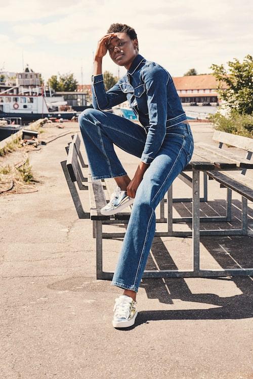 Jacka av bomull/elastan, stl XS-XL, 1 300 kr, och jeans av bomull/elastan/polyester, stl 24-31, 1 200 kr, båda Calvin Klein Jeans. Sneakers av gummi, stl 36-41, 350 kr, Monki.