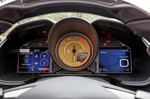 Varvräknaren är alltid analog och centralt placerad. Informationen på sidorna kan ändras.