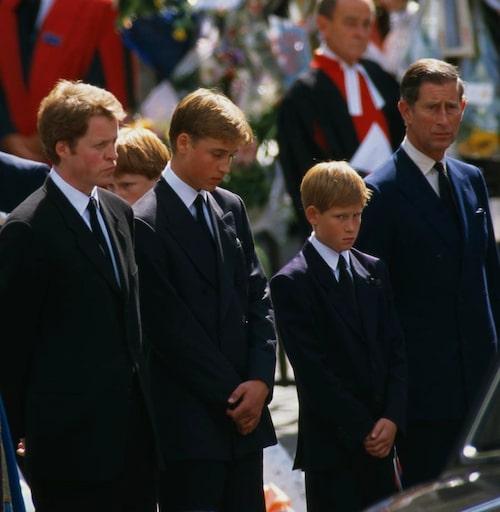 Begravningen den 6 september 1997. Dianas söner prins William och prins Harry stöttade av earl Charles Spencer, prinsessan Dianas lillebror, och pappa Charles, prins av Wales.