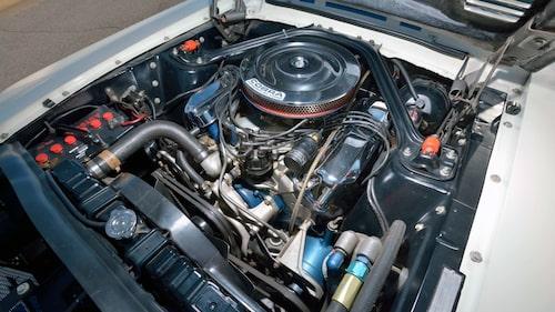 Här är den, V8:an på 427 kubiktum som hämtades från Ford GT40 och som gjorde Mustang (Shelby GT500) till en verklig supersportbil (jämfört med andra bilar 1967).