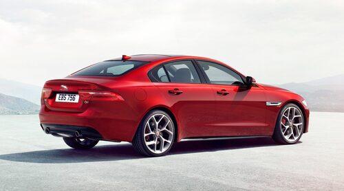 """Tydliga coupélinjer trots att det är en fyrdörrarssedan. Formerna känns igen från andra """"Jaggor"""", exempelvis XF och F-Type Coupé. Även lite BMW kan man se om man är lagd åt det tyska hållet."""