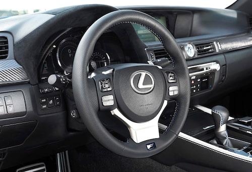 F-emblemet på rattkransen avslöjar bilen. Det vill säga 477 hästkrafter och en toppfart på 270 km/h.