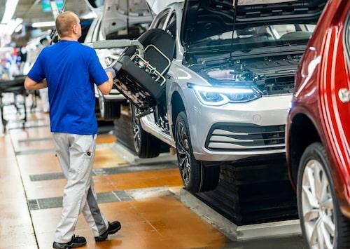 Volkswagens produktion står stilla i större delen av världen. Här ses nya Golf tillverkas i världens största bilfabrik, det vill säga Volkswagens fabrik i Wolfsburg.