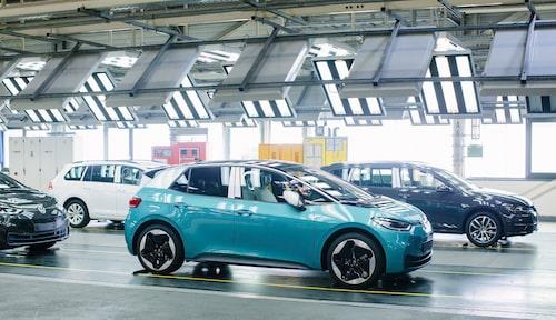 Volkswagen siktar på att hålla tidplanen för elbilen ID.3, även om projektet har stött på problem inför sommarens lansering.