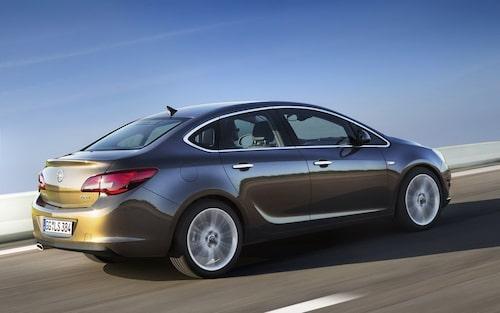 Nya Opel Astra sedan mäter 4,66 meter på längden, 1,81 meter på bredden och knappt 1,48 meter på höjden. På längden är sedanmodellen drygt två decimeter längre än fem dörrar stora kombikupén. Hjulbasen är däremot densamma, knappt 2,69 meter.