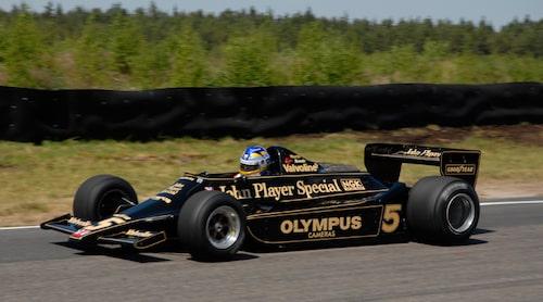 Under Ronnie Peterson Historic Grand Prix 2008 rattade Stefan bland annat en Lotus 79. Foto:Peter Klemensberger