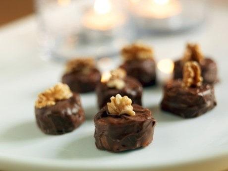 Rostade valnötter får dra i rom och sedan blandas med den söta marsipanen.