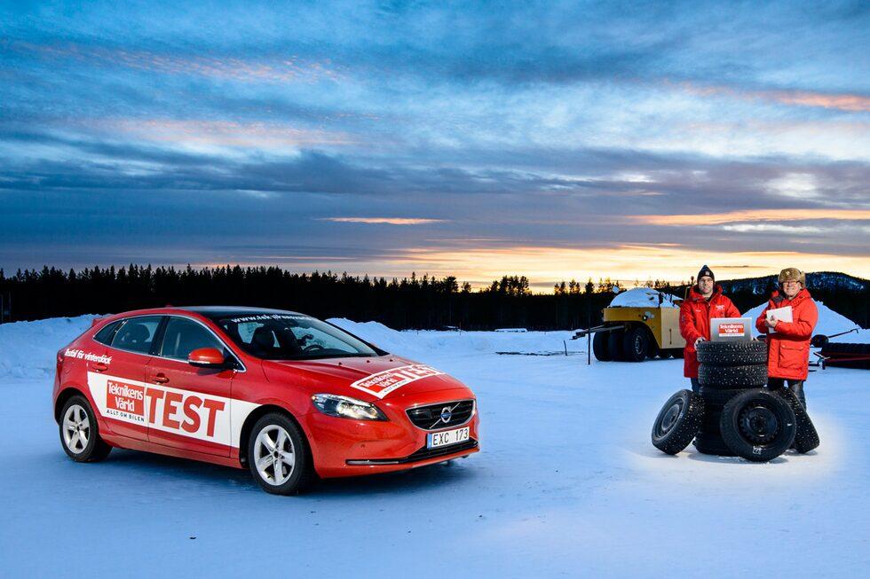 Våra vinterdäckexperter är Linus Pröjtz (till vänster) och Ruben Börjesson (till höger). Linus är testförare och reporter hos Teknikens Värld sedan snart 13 år och under de tolv senaste åren har han varit ansvarig för magasinets vinterdäcktester. Kör en del racing, men testar bilar desto mer. Ruben föddes med en ratt i händerna och har inte släppt den sedan dess. Han har tävlat internationellt inom rally och på senare tid kört en del racing. Kort och gott en rattvridare av rang. Erfaren.