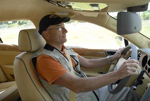 Bentley Flying Bentley Flying Spur är en lyxlimousin för miljonären som helst kör själv.