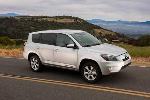 Jämfört med en vanlig RAV4 har elbilsversionen ett lägre luftmotstånd vilket också syns på den modifierade fronten. Backspeglarna, stötfångaren och den lägre och övre grillen har ritats om till elbilen för att ge bilen ytterligare några kilometer ur batterierna.